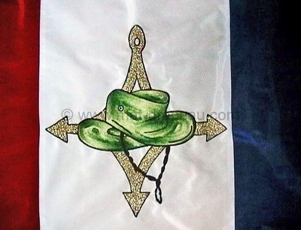 broderie drapeau : détail de la rénovation du motif brodé