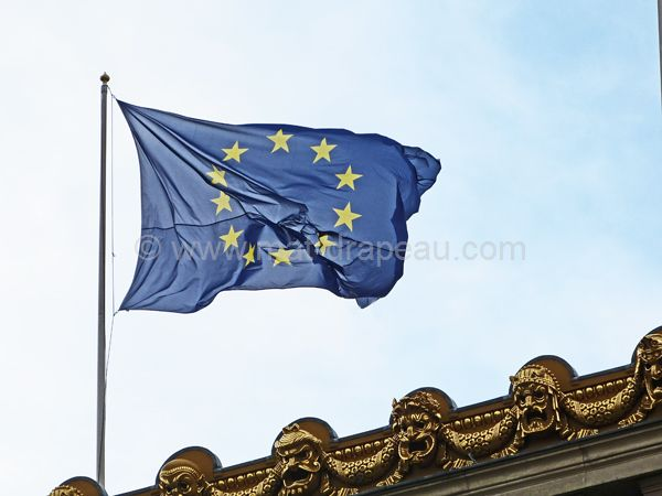 Drapeau européen : pavoisement au sommet d'un édifice
