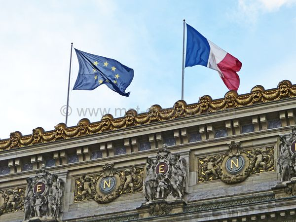 Drapeau européen histoire : pavillons européen et français sur un édifice public