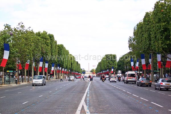 Drapeau france : le 14 juillet avenue des Champs-Elysées