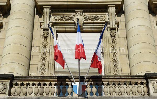 Mât de façade : pavoisement drapeaux français sur écusson