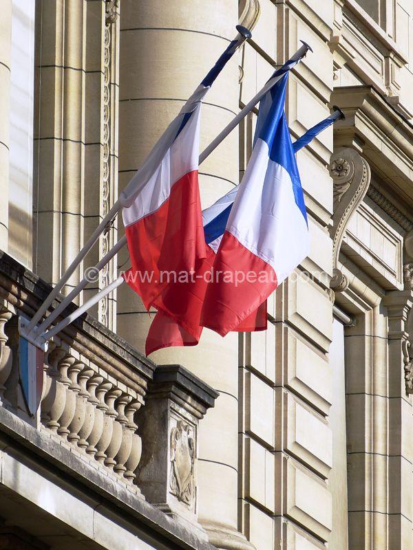 Mât de façade : drapeaux montés sur hampe fixe sur écu