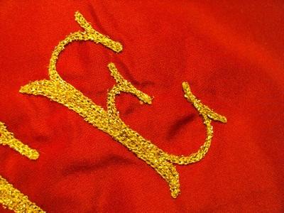 drapeau brodé - gros plan sur lettre brodée