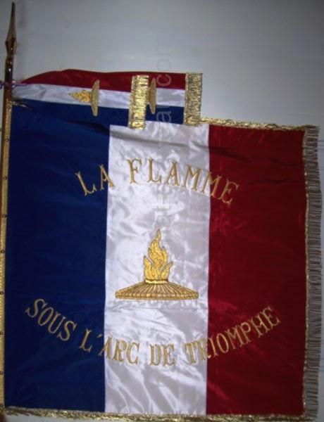 association anciens combattants : drapeau sur hampe avec cravate