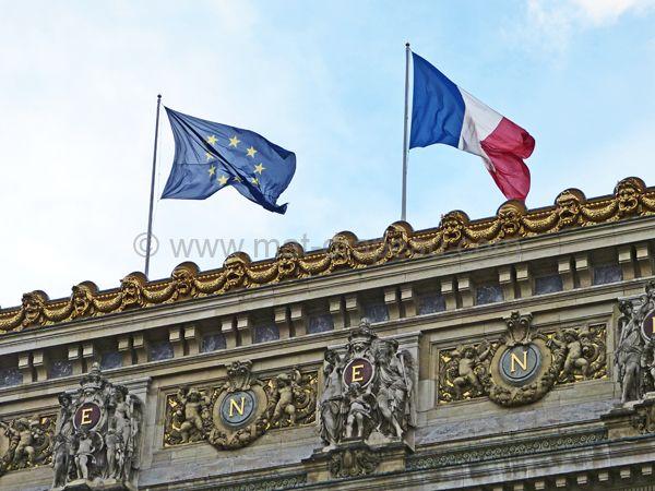 drapeau de l'Europe : pavillons de la France et de l'Europe au sommet d'un bâtiment