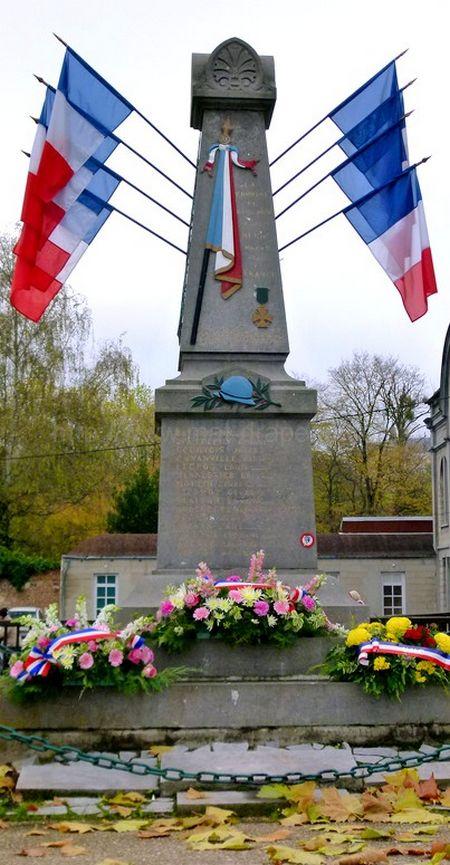 drapeau France : faisceau de drapeaux France sur un monument aux Morts