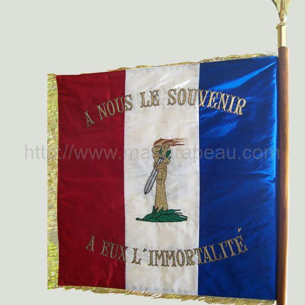 association anciens combattants : drapeau monté sur hampe