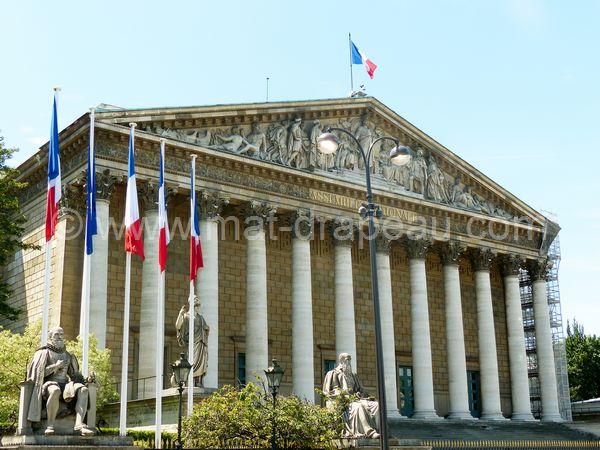 Drapeau - Pavillon devant l'Assemblée Nationale et drapeau à son sommet