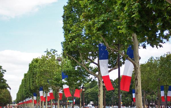 Pavoisement institutionnel le 14 juillet sur les Champs-Elysées