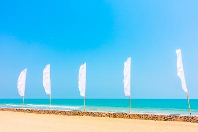Voile publicitaire sur une plage