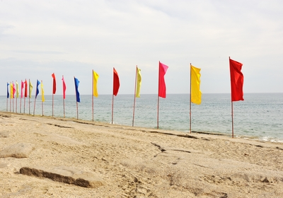 drapeau publicitaire - drapeaux sur une plage